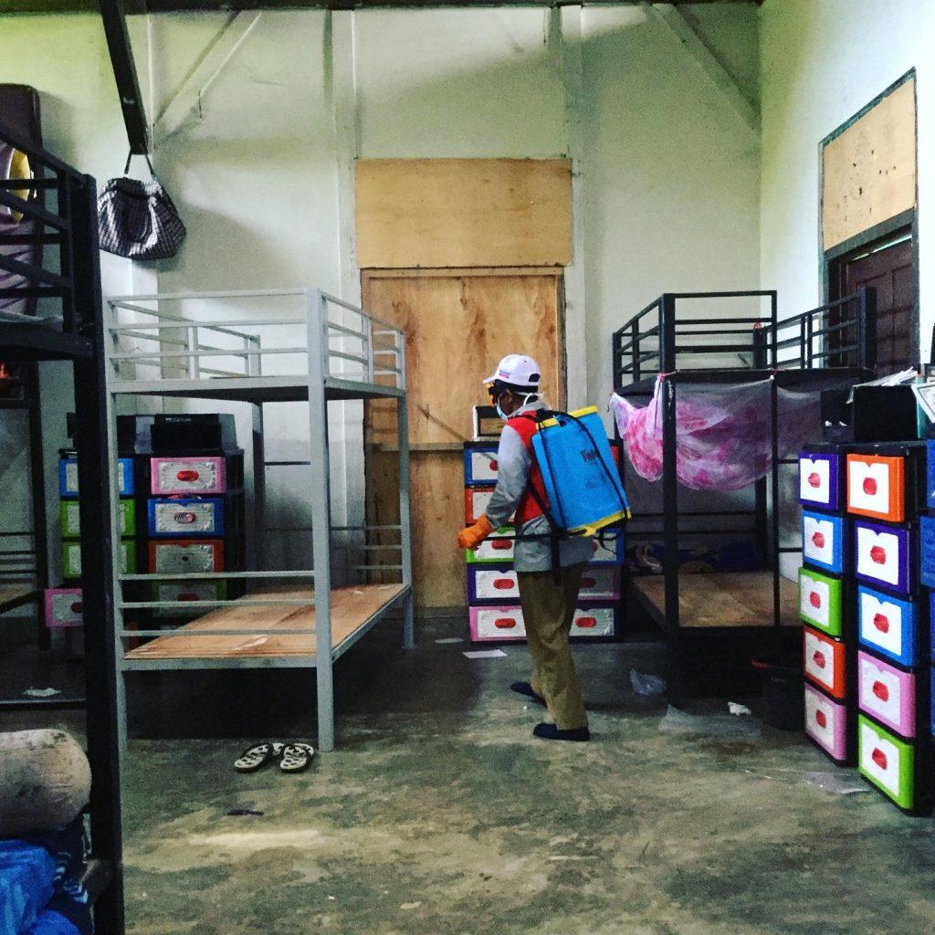 Penyemprotan disinfektan olah dinas kesehatan daerah